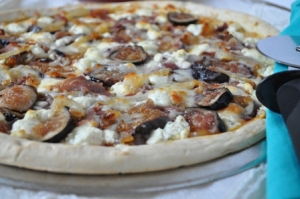 https://opuluxeltd.files.wordpress.com/2010/11/fig-caramalized-onion-proscuitto-and-goat-cheese-pizza.jpg?w=300